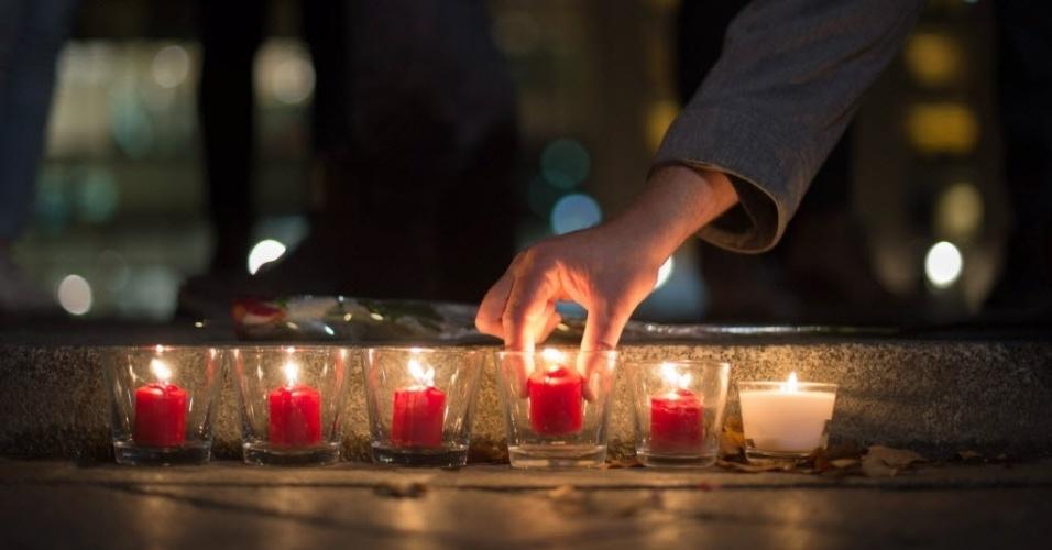 13nov2015---alemaes-acendem-velas-em-homenagem-as-vitimas-dos-atentados-de-paris-na-franca-em-frente-a-embaixada-francesa-em-ber